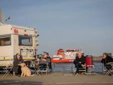 Campers aan de Drutense waterkant, lange rijen voor de ijssalons