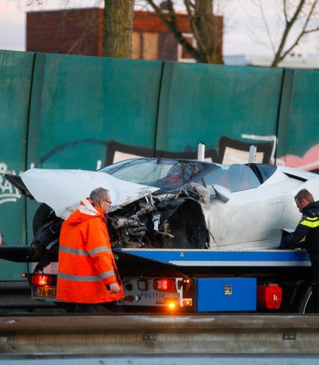 Lamborghini boort zich in vangrail op de N3 bij Dordrecht