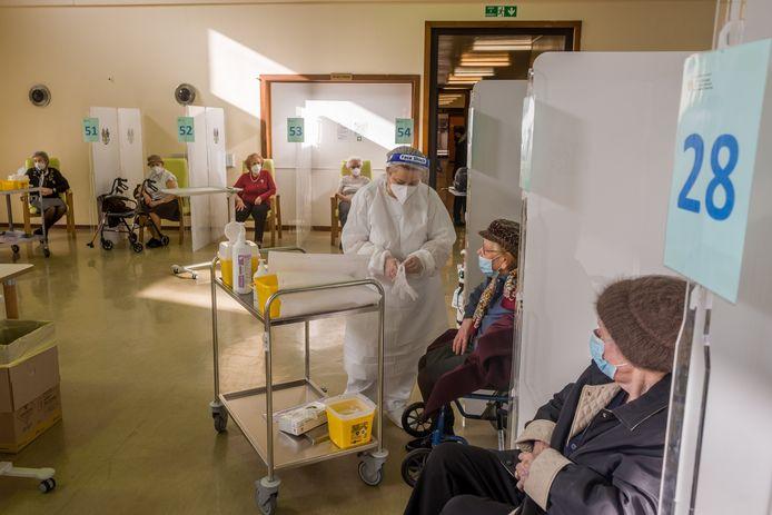 Bejaarden in Milaan zitten klaar voor een prik met het Pfizer/BioNTech-vaccin. Ter illustratie.