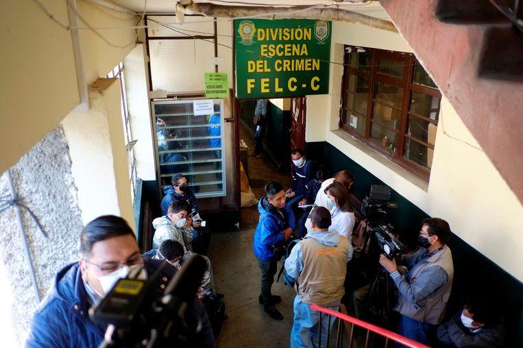 Journalisten wachten bij het politiekantoor waar de minister werd gearresteerd.