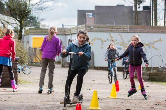 Spelende kinderen zullen bij gebrek aan leerkrachten overal in Limburg op de scholen te zien zijn. Als de poorten niet gesloten blijven tenminste...
