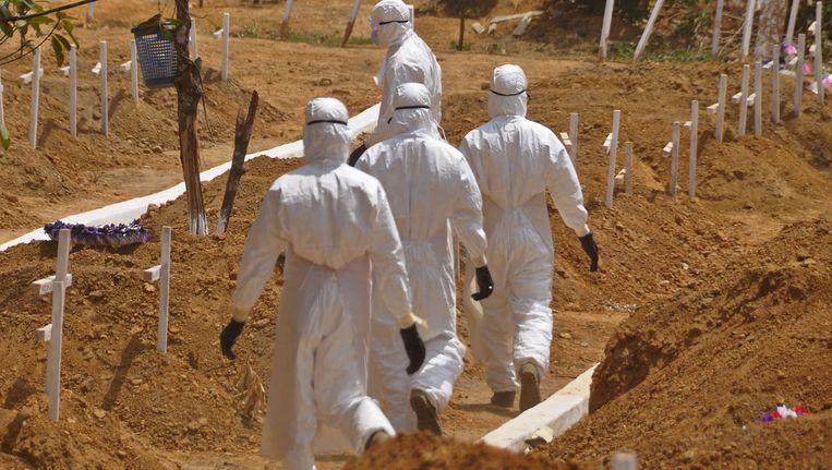 Gezondheidswerkers op een begraafplaats voor Ebola-slachtoffers in Monrovia, Liberia. Beeld ap