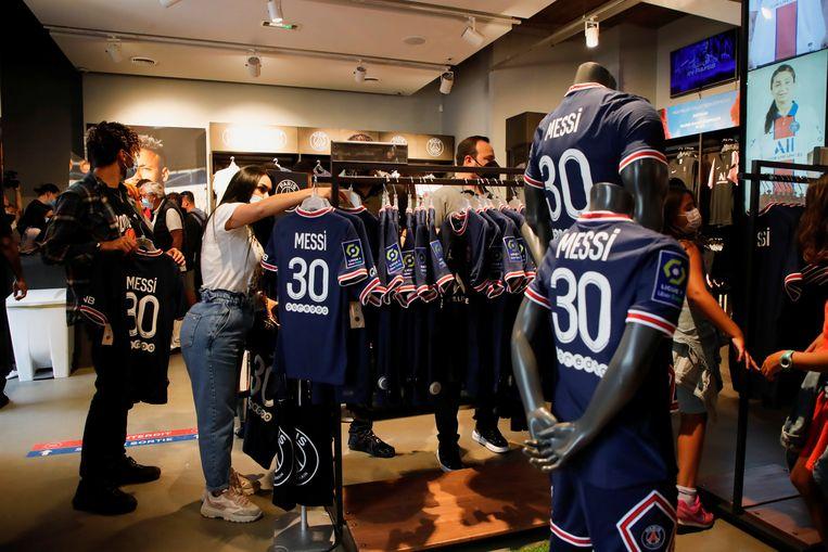 De nieuw shirtjes van Messi gaan in Parijs al hard. Beeld REUTERS