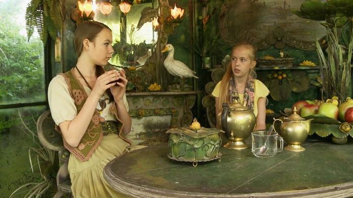 De hoofdrolspeelsters van Magisch bosk der kristallen, Roxanne Versteegen (li) en Isa Schaap, in een door Ed van Heck gemaakt decor. Foto Lou Kruisbergen