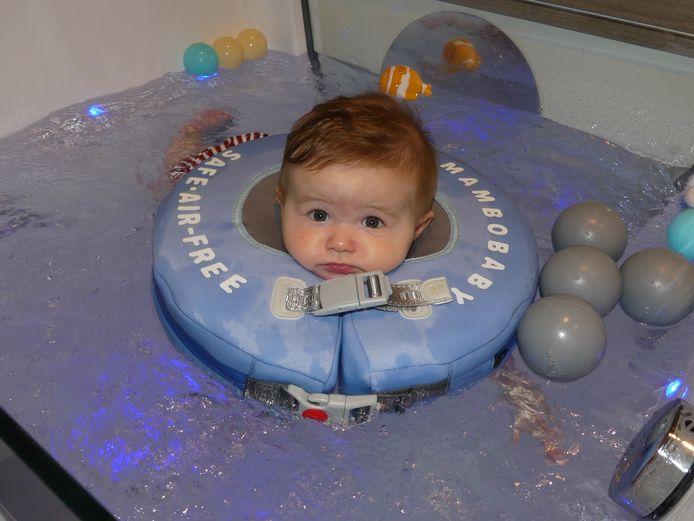 Maxence Quintyn test de babyspa uit.