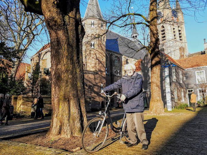 Organist Jan J. van den Berg op de fiets in Delft