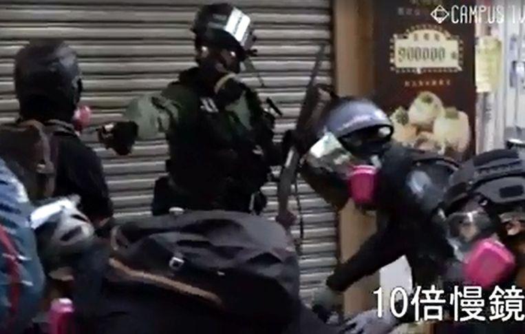 Videostill uit beelden van de demonstraties in Hongkong, waar voor het eerst tijdens het oproer met scherp werd geschoten. Beeld null