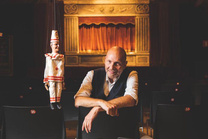 Jean-Pierre Maeren met pop Pierke in zijn theater op de zolder van de Sint-Pietersabdij