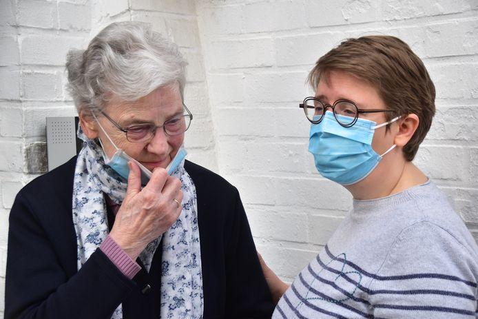 Zuster Annie Vandenberghe (links) heeft het emotioneel moeilijk als ze vertelt over de kloosterkapel die verwoest werd bij de brand.