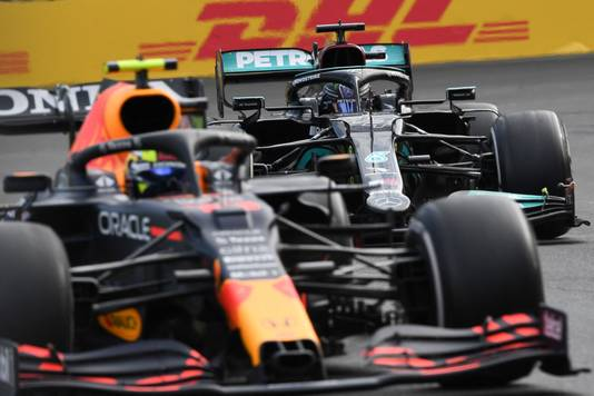 Lewis Hamilton ging de fout in bij een poging om Sergio Pérez te passeren.