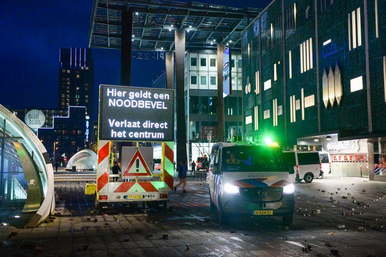 Politie inzet rond het 18 septemberplein, centraal station Eindhoven waar een auto van de NS in brand werd gestoken. Beeld BSR Agency