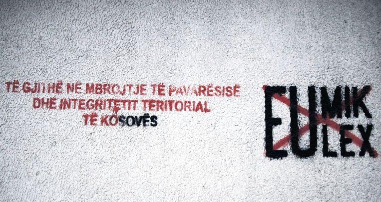 Anti-EU-leuzen op de muur in Pristina, de hoofdstad van Kosovo. Beeld HH