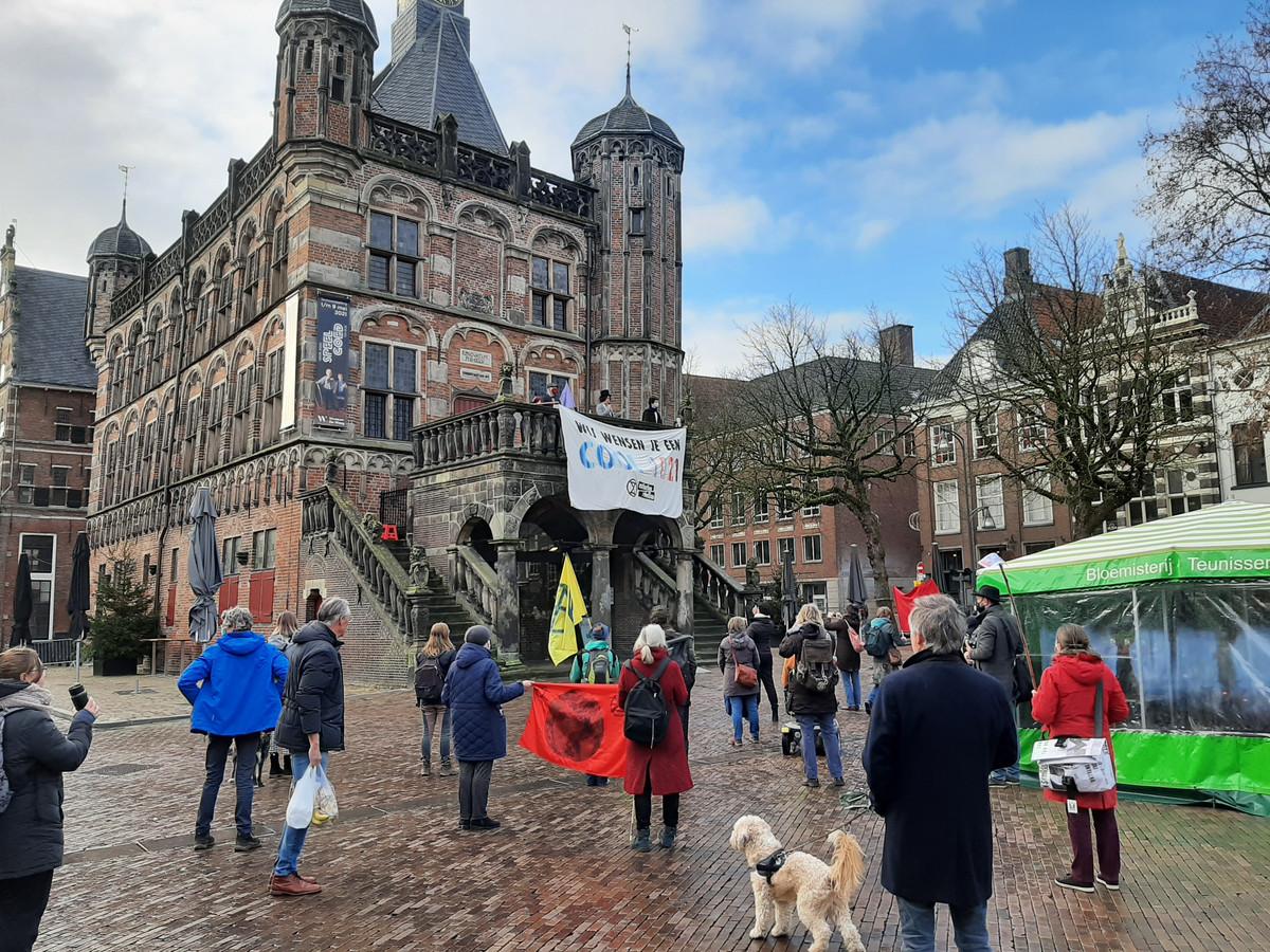 Extinction Rebellion protesteert op de Waag tijdens de zaterdagmarkt in Deventer.