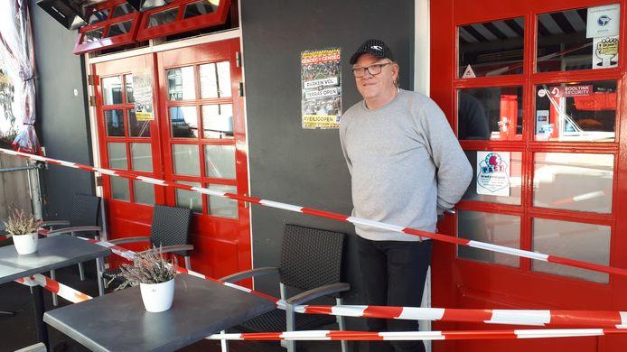 Jan Nijlant van café Rooie Jan op zijn terras.