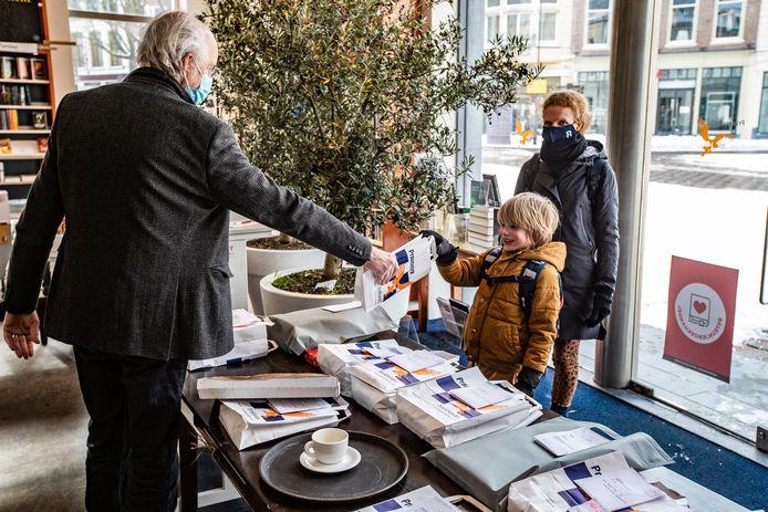 Archiefbeeld van Boekhandel Praamstra in Deventer tijdens de eerste dag van 'click & collect'.