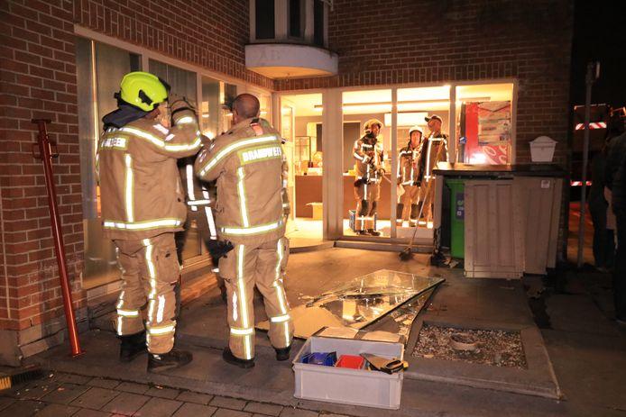 De brandweer kwam ter plaatse om het het raam van de broodjeszaak te dichten.