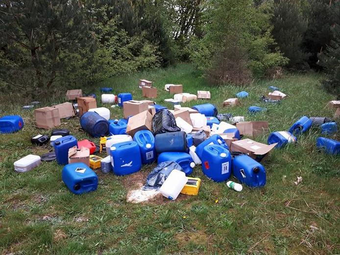 50 vaten gedumpt langs de Schansbaan in Halsteren.