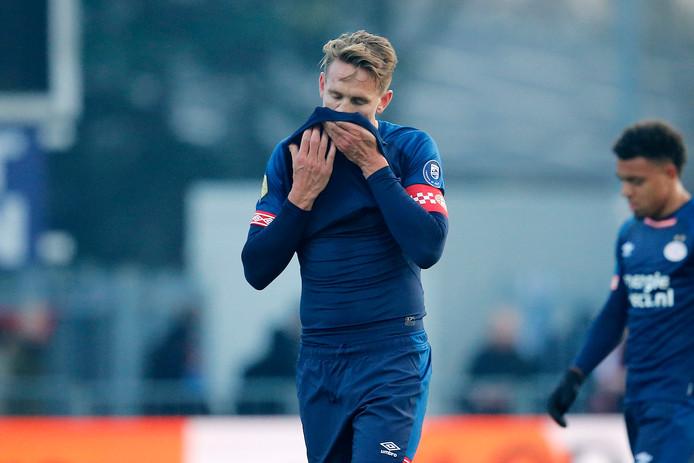 Luuk de Jong verlaat aangeslagen het veld na het gelijkspel van PSV tegen FC Emmen.