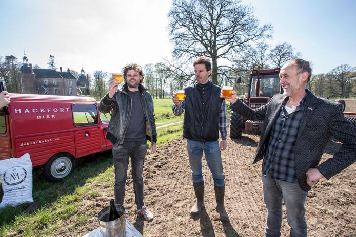 Geerart van Doorn, Egbert Harmsen en Jan Legters brengen een toost uit op hun biertje, gemaakt met eigen geteelde gerst.