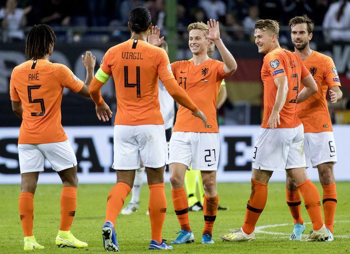 Nathan Ake, Virgil van Dijk, Frenkie de Jong, Matthijs de Ligt en Davy Propper van het Nederlands Elftal vieren de overwinning tegen Duitsland na afloop van de EK-kwalificatiewedstrijd tussen Duitsland en Nederland in het Volksparkstadion.