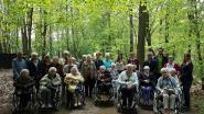 Bewoners Huize Wispelaere trekken bos in