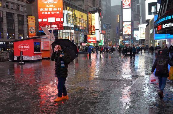 Sneeuw valt op Times Square.