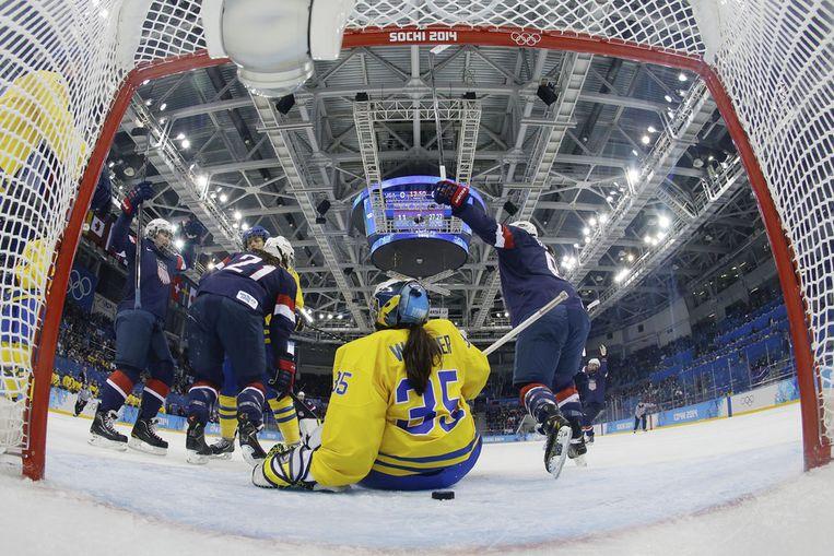 Het Amerikaanse team viert de goal van Alex Carpenter in de halve finale tegen Zweden Beeld ap
