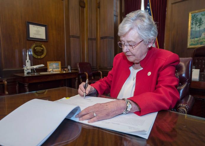 De gouverneur van de Amerikaanse staat Alabama, Kay Ivey, zet haar handtekening onder een nieuwe wet die vrijwel alle abortussen verbiedt.