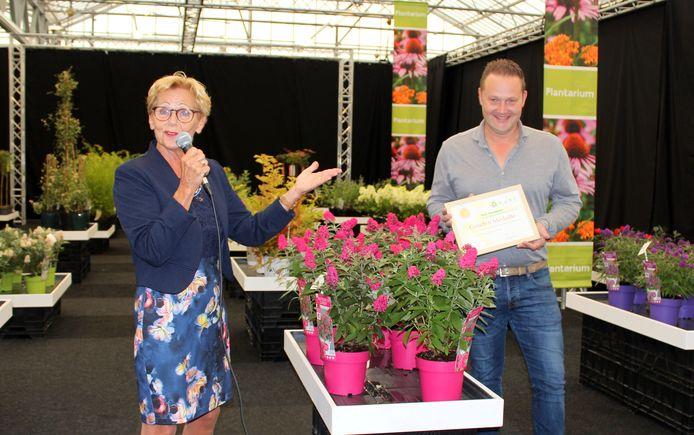 KVBC-voorzitter Helma van der Louw reikt de prijs voor 'Beste Nieuwigheid' uit aan Sebastiaan van der Heijden van inzender Van Son & Koot BV.
