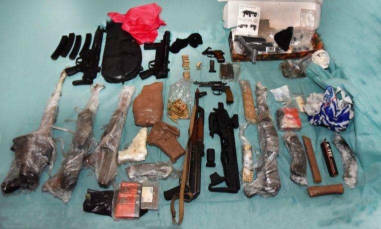 Bij een bedrijf in Oss werden zware vuurwapens in beslag genomen.