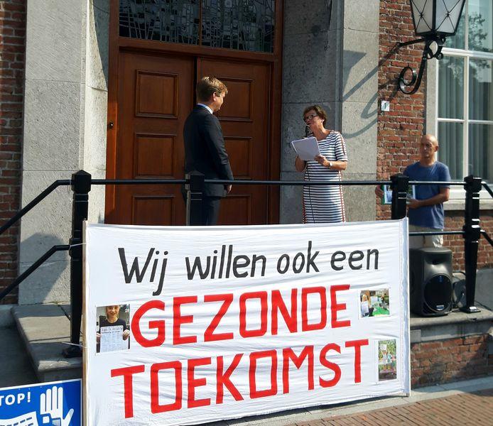 Bewoners van de wijk Paashoef boden in de zomer van het vorig jaar een petitie aan burgemeester Michiel van Veen aan tegen de bouw van een varkensstal aan de Rooije Hoefsedijk in Gemert.