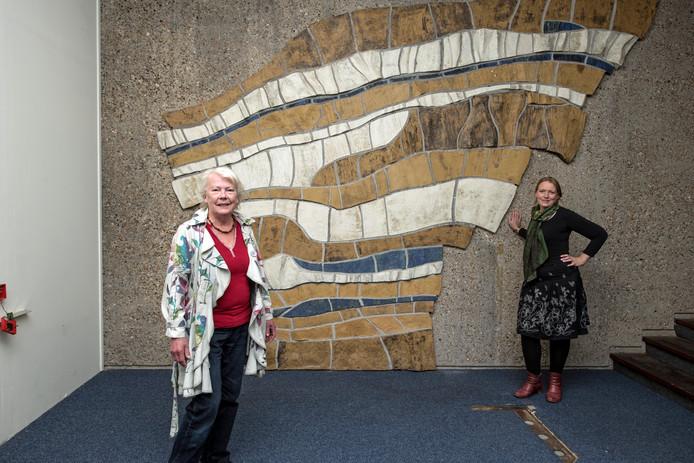 Kunstenares Elsa Westland en dochter Magdeleen van Eersel bij kunstwerk in voormalige GAK-gebouw.