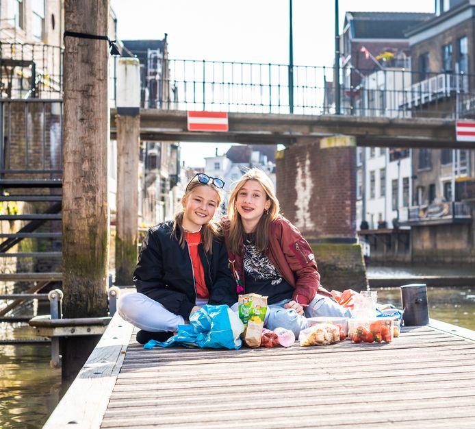 """Isa Slurink (links) en Guusje van Rijswijk. ,,We klikken gewoon heel goed en tussen ons gaat het altijd heel makkelijk."""""""