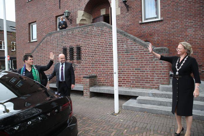 Astens burgemeester Anke van Extel-Van Katwijk (r) zwaait Commissaris van de Koning Ina Adema uit na haar werkbezoek aan de Peelgemeente.