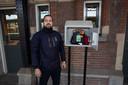 Hoofdconducteur Ibrahim Kayhan met een AED op Station Roosendaal. Vorig jaar moest hij op station Breda een reiziger reanimeren.