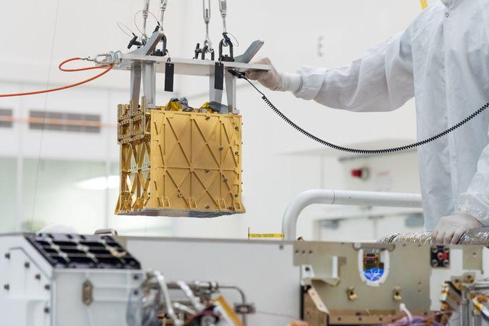 Het Mars Oxygen In-Situ Resource Utilization Experiment (MOXIE)-instrument wordt in de Perserverance geplaatst.