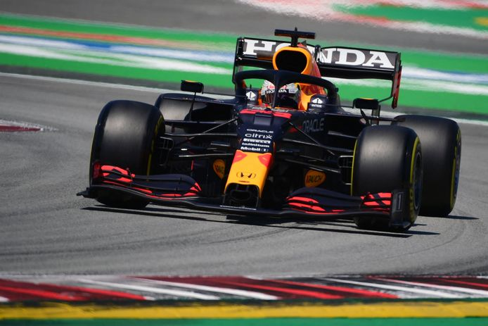 Max Verstappen stuurt zijn RB16 over het Circuit de Catalunya.