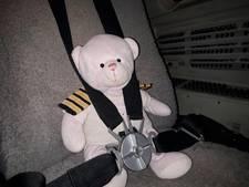 Vermiste teddybeer na 'vip-vlucht' herenigd met Summer (4)