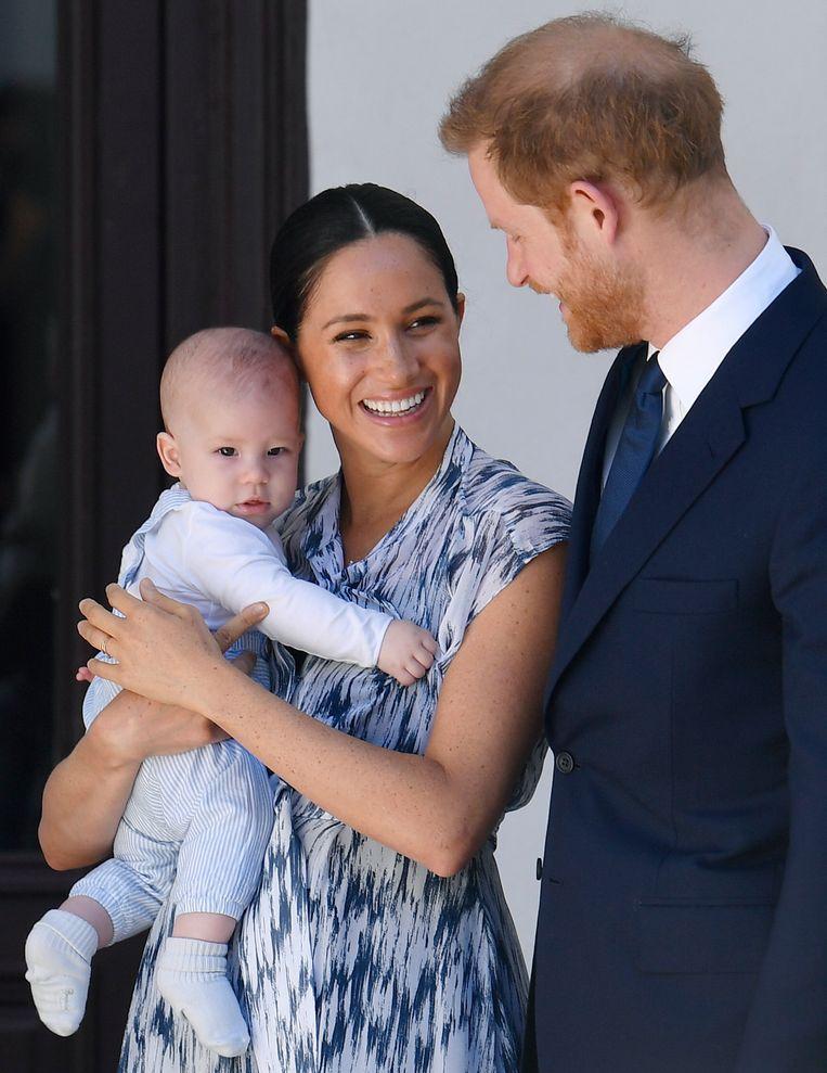 Prins Harry en zijn vrouw Meghan met hun in 2019 geboren zoon Archie. Beeld EPA
