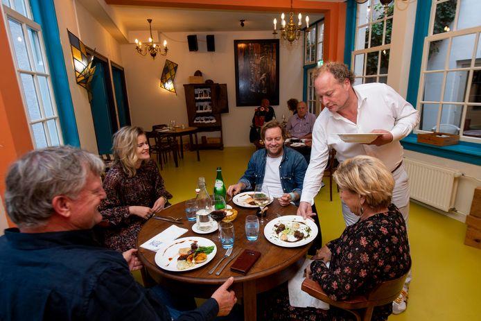 Gastheer en eigenaar Alain Legel serveert zijn gasten de authentieke Portugese gerechten van de kaart.