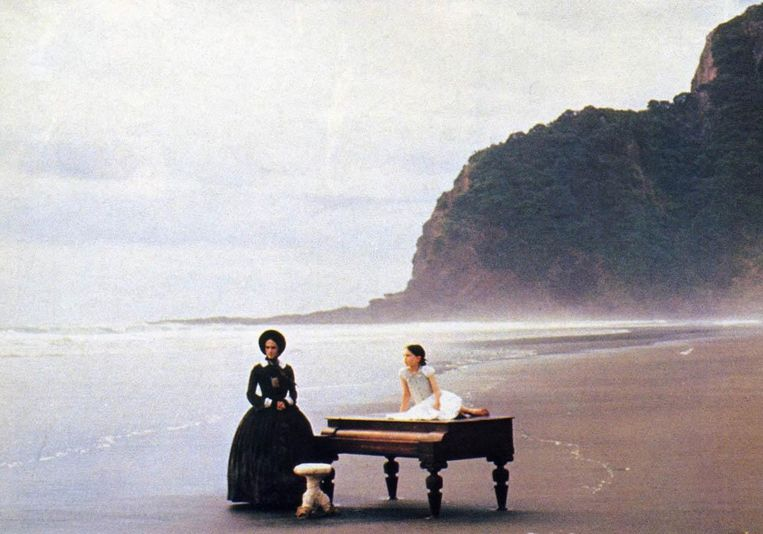 Holly Hunter (links) en Anna Paquin in The Piano. Beeld