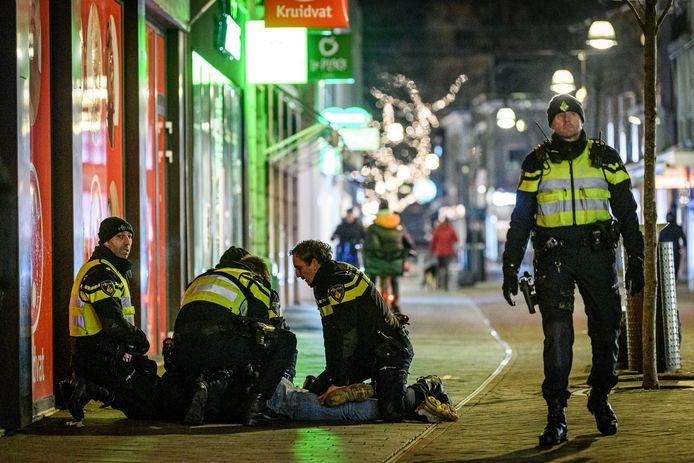 Een relschopper wordt aangehouden in Enschede.
