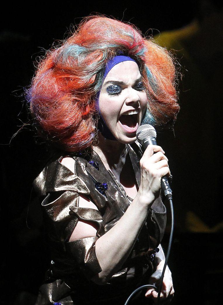 Björk tijdens een optreden in Chili, 2012.  Beeld EPA