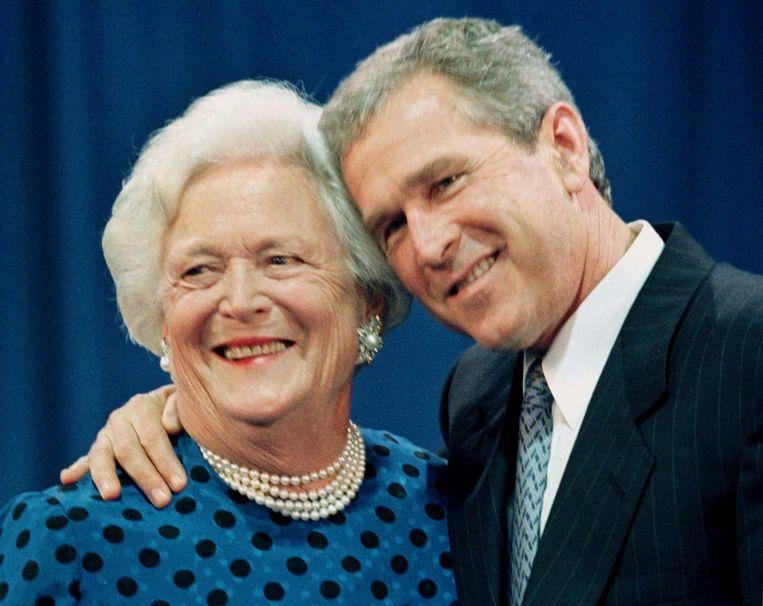 Barbara Bush met haar zoon George W. Bush in 2004. Beeld REUTERS