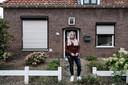 """Annica van Eekeren voor haar ouderlijk huis  in Didam. ,,Ik wil niet dat anderen de stress ervaren die ik heb gehad. Er moet structureel iets veranderen aan de situatie van jonge wezen."""""""