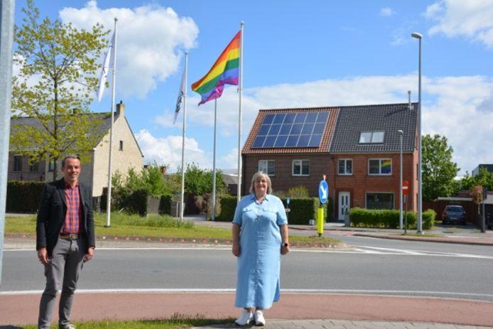 Schepen Frederic Hesters en gemeenteraadslid Stefanie Vroman bij de regenboogvlag in Olsene.