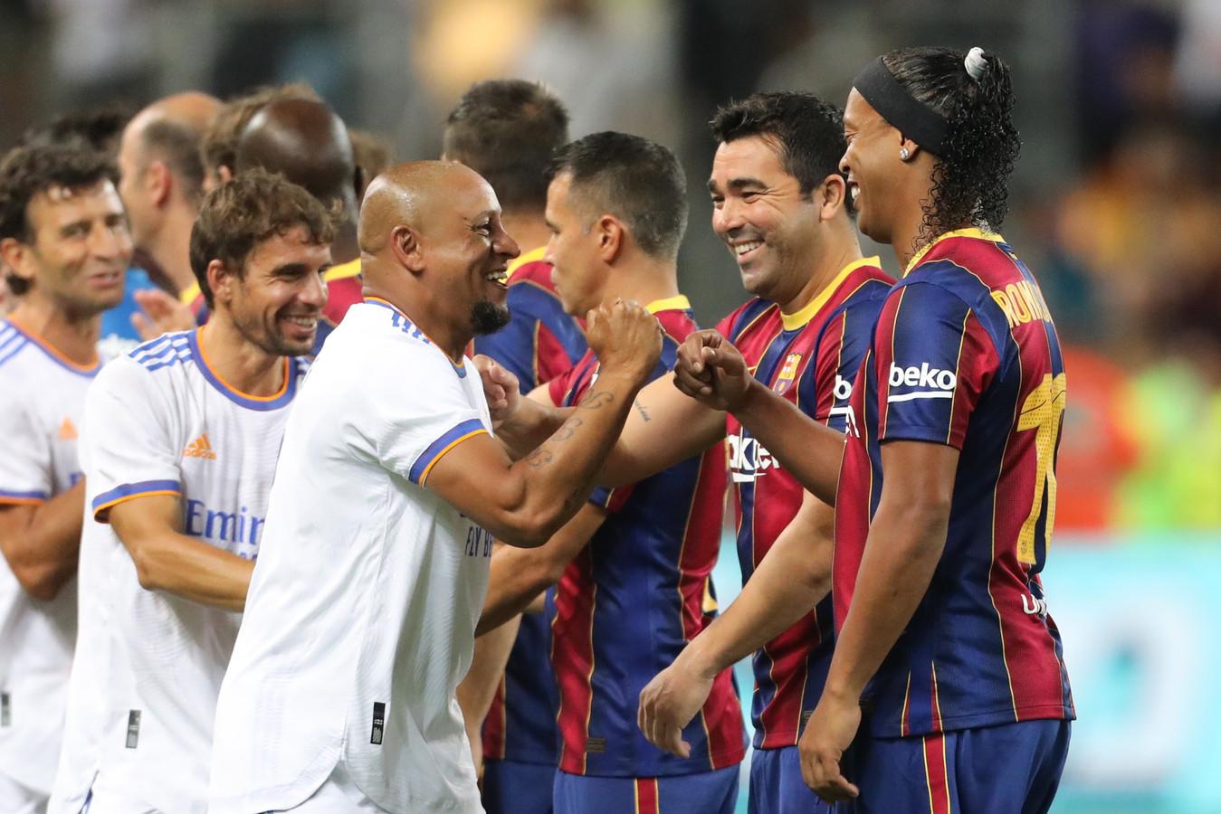 Brazilianen Roberto Carlos en Ronaldinho begroeten elkaar.