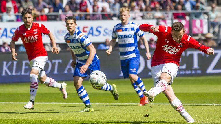 Vincent Janssen scoort uit een penalty voor AZ. Beeld anp