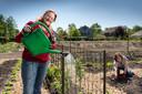 Anita de Graaff (l)en Carla Paaijmans, voorjaar 2020 aan het werk in de pas aangelegde buurttuin, Samentuin Vrijhoeve.