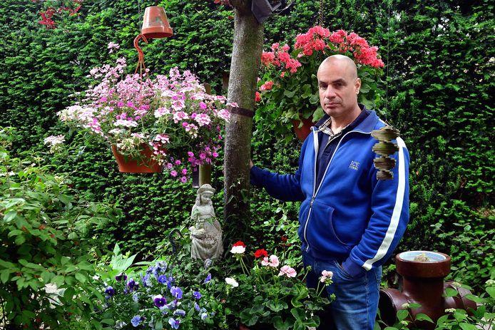 Rob Schrooijen op de gedenkplek van zijn moeder in de tuin van zijn vader.